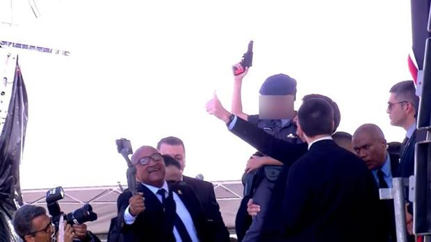 No colo de Bolsonaro, criança segura revolver de brinquedo durante formatura de PM's