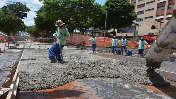 Pista do BRT na Avenida Goiás começa a ser concretada