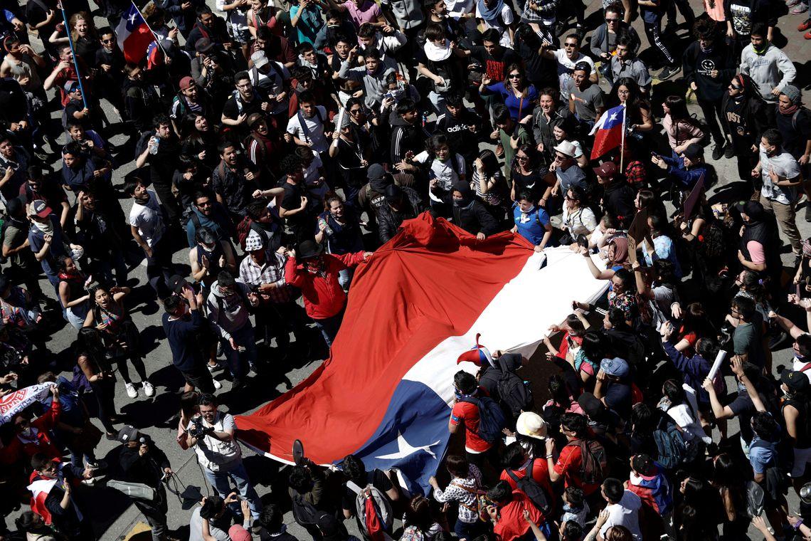 Após onda de protestos, Chile aprova aumento de impostos para os mais ricos