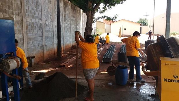 Detentas de Corumbaíba trabalham na produção de blocos de cimento para ampliação do presídio