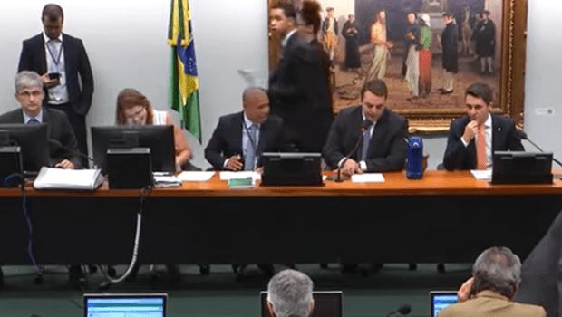 Após 12 horas de reunião, CCJ suspende votação sobre prisão em segunda instância