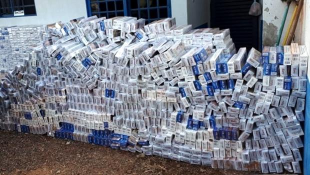 Polícia apreende carro carregado com aproximadamente 2 mil pacotes de cigarro contrabandeado