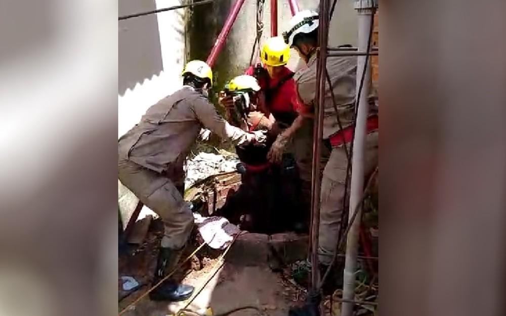 Corpo de bombeiros resgata criança que caiu em cisterna, em Goiânia. Veja o vídeo