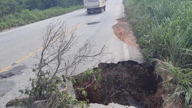 Erosão deixa BR-153 parcialmente interditada, em São Luiz do Norte