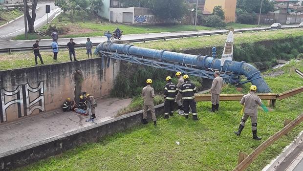 Homem cai ao tentar atravessar Marginal pela tubulação do Córrego Botafogo