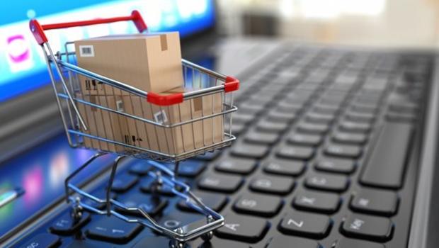 Goianiense restringe consumo enquanto compras na internet disparam