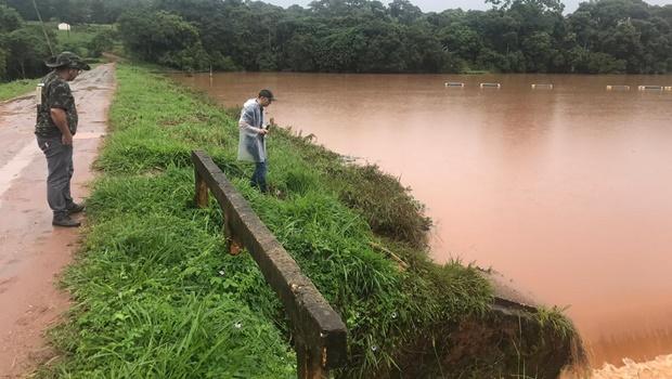 Avenida Samambaia é interditada sob risco de rompimento de represa