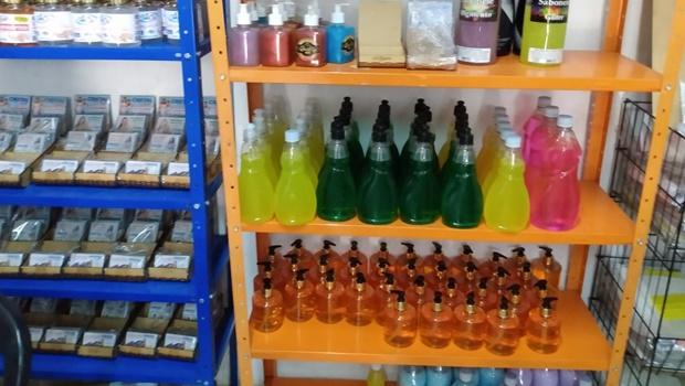 Polícia flagra fabricação clandestina de álcool gel e Vigilância apreende centenas de frascos
