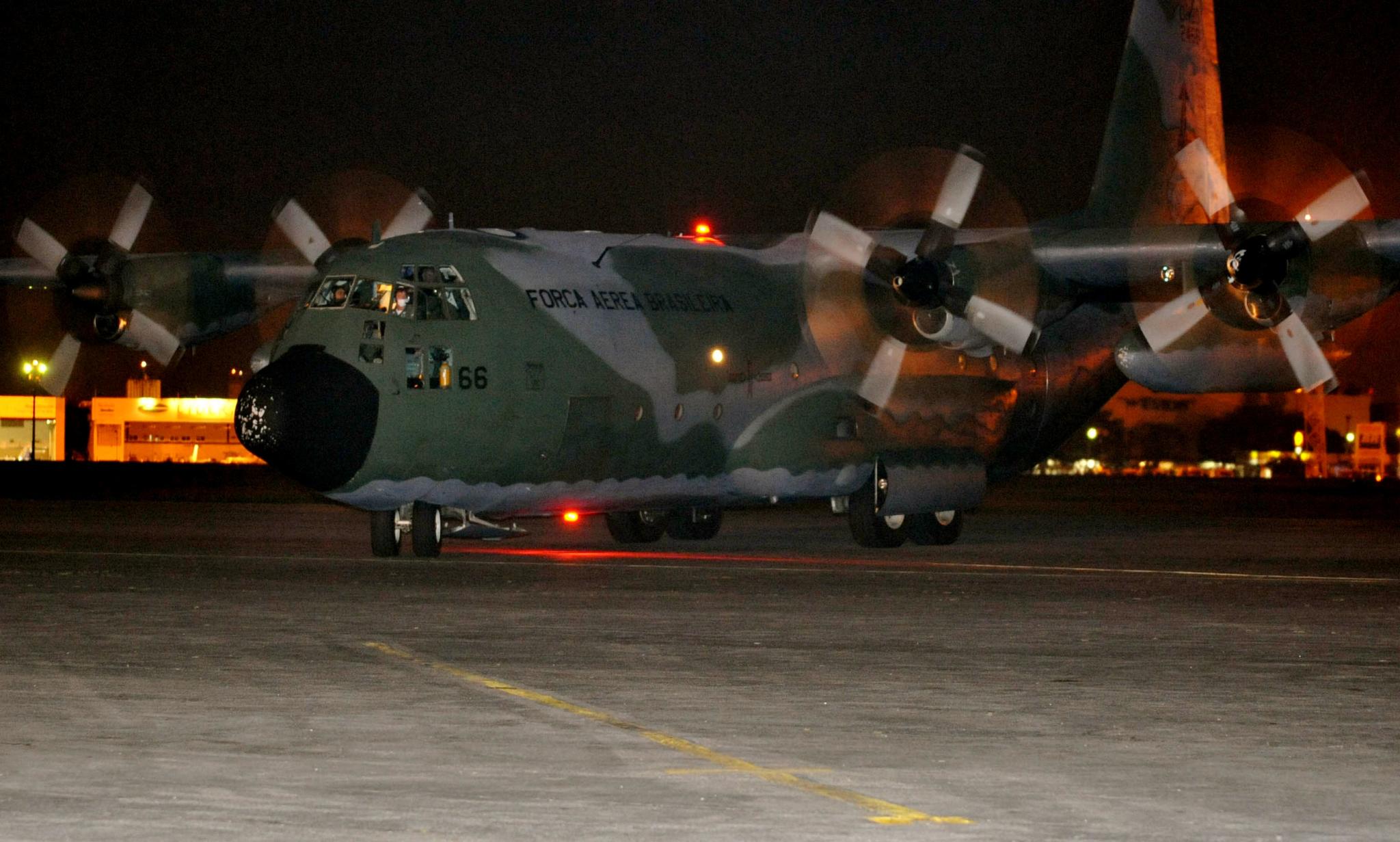 Aeronaves da FAB buscam brasileiros retidos no Peru