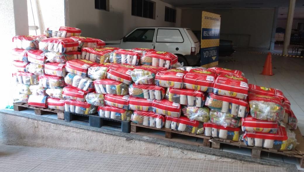 Empresários da 44 distribuem cestas básica para ambulantes da região