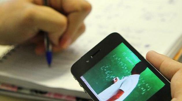 Mulheres com filhos na escola recebem chips gratuitos para acesso à internet, em Goiânia