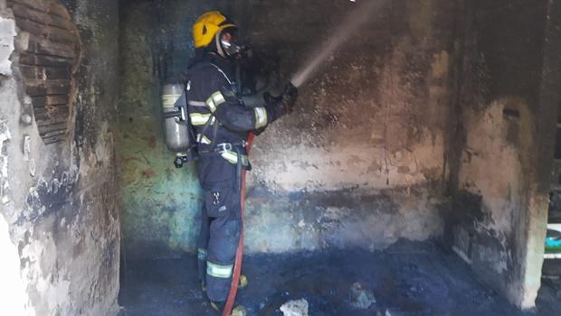 Corpo de Bombeiros combate incêndio em residência no Jardim dos Girassóis