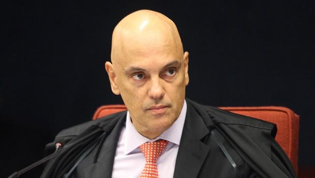 Ernesto Araújo tenta delimitar quebra de sigilo, mas Alexandre de Moraes nega o pedido
