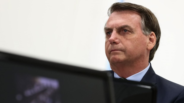 """Bolsonaro chama manifestantes contrários de """"terroristas"""" e pede que apoiadores não saiam ás ruas"""