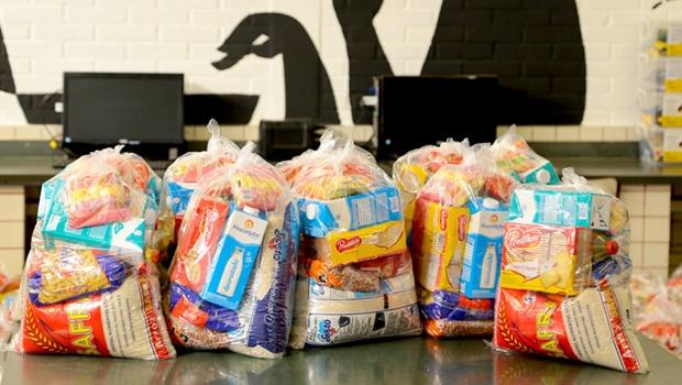 Aparecida distribui cestas básicas para as familiares de alunos matriculados na rede municipal
