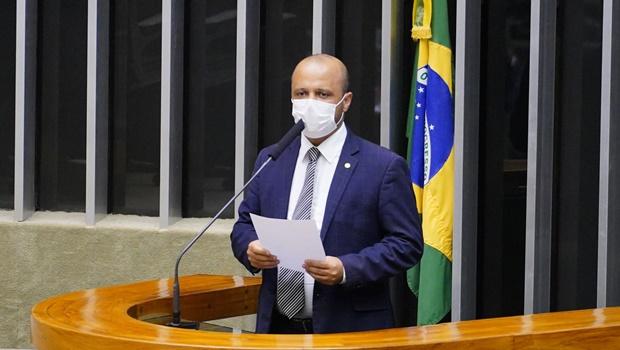 """""""Pouco provável"""", diz deputado Vitor Hugo sobre auxílio emergencial acima de R$250"""