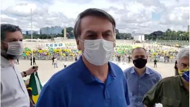 """""""Puramente democrático"""", considera Bolsonaro ao passar por manifestação pró-governo, em Brasília"""
