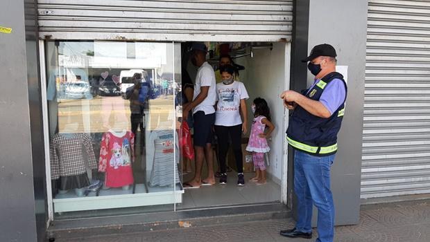 Fiscalização flagra lojas da região da 44 funcionando de maneira irregular