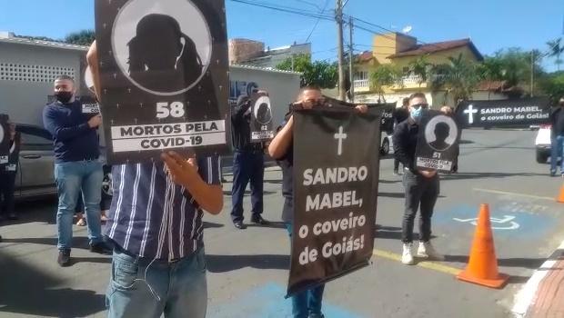 Manifestantes protestam em frente à Fieg contra abertura do comércio na capital
