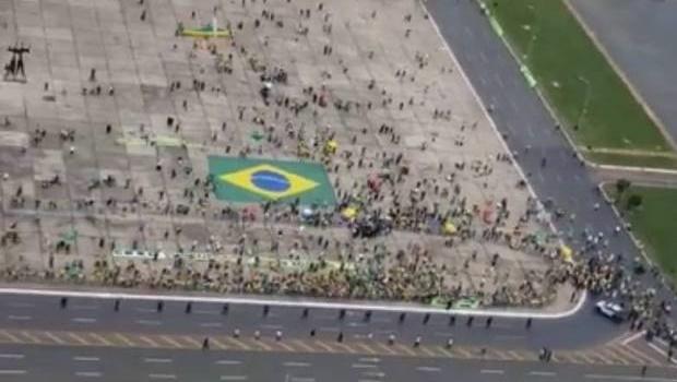 Bolsonaro sobrevoa e participa de manifestação na Esplanada