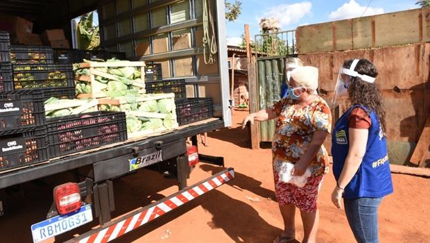 Voluntária que serve refeições a moradores da periferia de Goiânia recebe doações da OVG