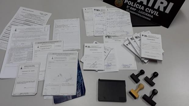 Mulher suspeita de venda de atestados médicos é presa em Luziânia