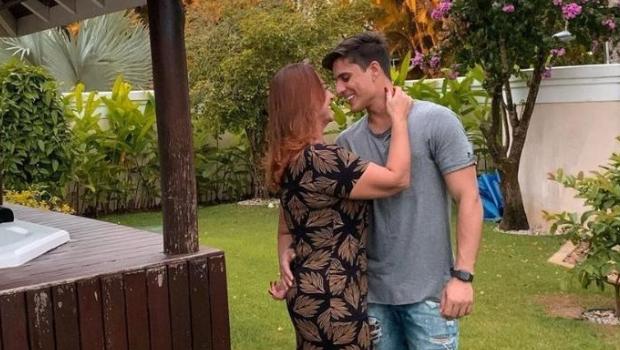 Mãe de Neymar e namorado depõem na polícia de Santos