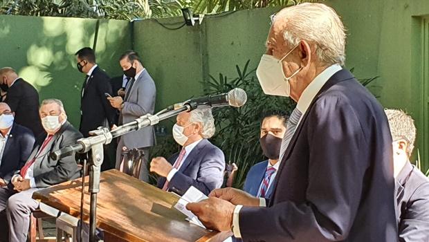 Iris assina novo decreto para reabertura do comércio em Goiânia