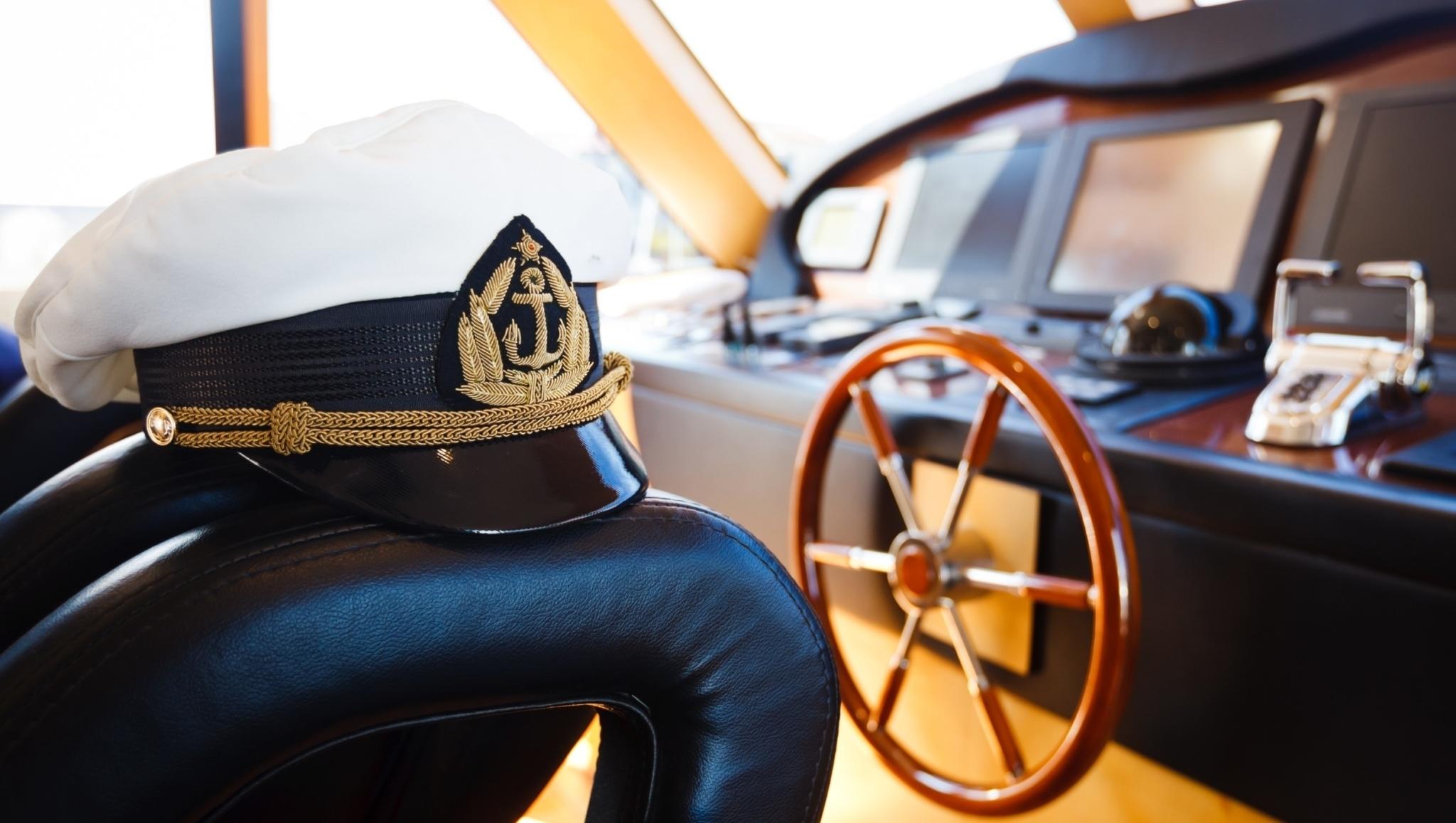 Capitão e comandante de navio: veja o que é certo e o que é errado