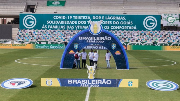 Futebol brasileiro adota medidas irresponsáveis, coloca jogadores, comissão técnica, árbitros e quem trabalha nas partidas em risco para manter competições sem se importar com a saúde de empregados e suas famílias | Foto: Heber Gomes/AGIF