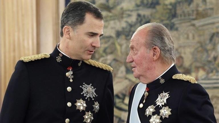 A fuga de Juan Carlos, o rei acusado de suborno