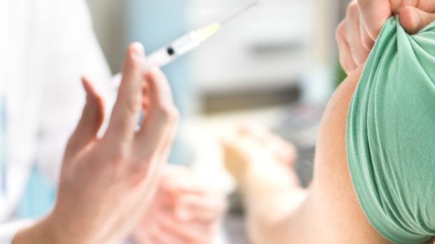 Projeto de lei prevê punição de R$ 37 mil para quem facilitar ou furar a fila da vacinação contra  à Covid-19, em Goiânia
