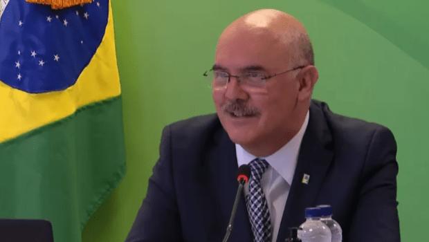 Gays vêm de 'famílias desajustadas', diz ministro da Educação