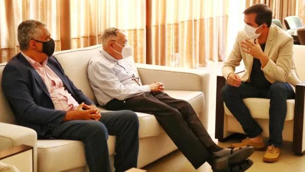 Candidato à prefeitura de Goiânia, Alysson Lima pede bênção a Dom Washington