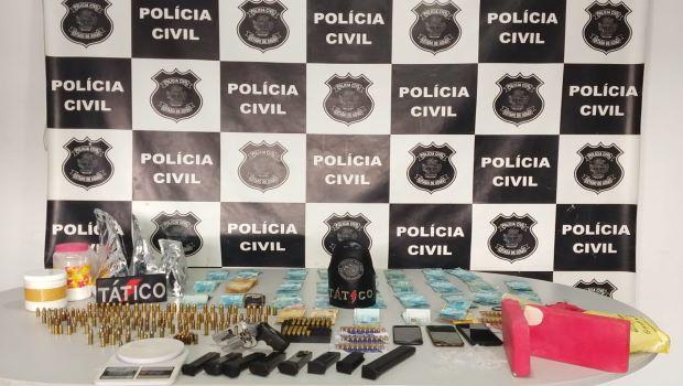 Polícia prende foragido da Justiça com R$ 30 mil e drogas em Valparaíso