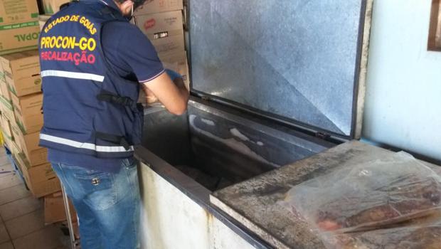 Distribuidora de frios em Goiânia é interditada com mais de 60 quilos de alimentos impróprios para consumo