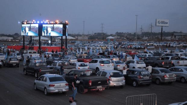 Em comício drive-in, Gustavo Mendanha reúne apoiadores em mais de mil veículos