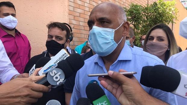 Acompanhado de Daniel, Rogério Cruz registra voto na manhã deste domingo