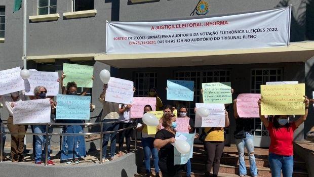 Cerca de 35 mulheres protestam pelo cumprimento da cota feminina na política, em frente ao TRE