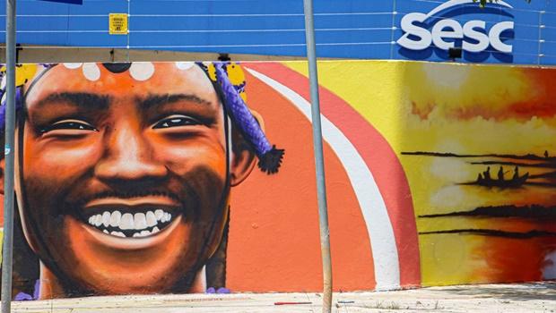 Artista Decy grafita muro do Sesc Goiás de 100 metros de largura