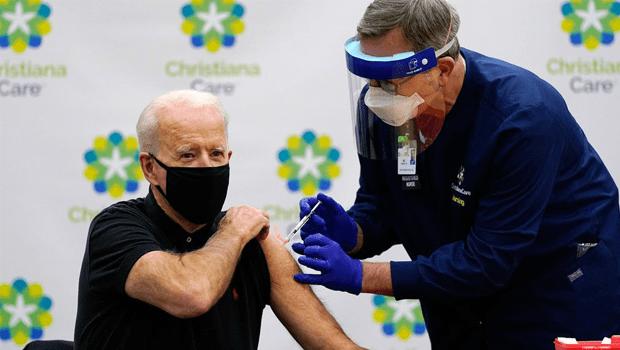 Joe Biden toma a 2ª dose da vacina contra a Covid-19