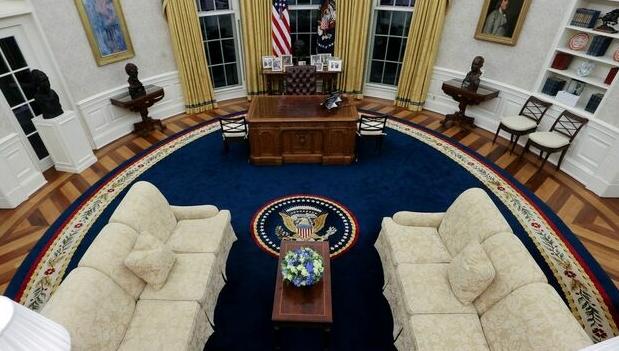 Biden 'redecora' Salão Oval com itens simbólicos para sua administração