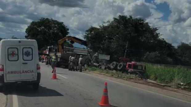 Caminhão carregado com gado capota na GO-070