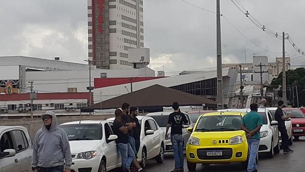 Motoristas são barrados pela polícia durante manifestação na Praça Cívica