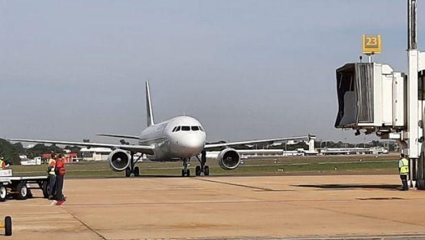 Avião com novo lote de vacinas contra a Covid-19 acaba de pousar em Goiânia