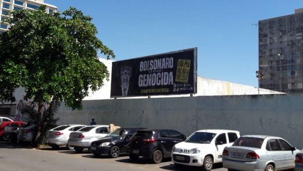 """União dos Estudantes fixa novos 13 outdoors com a frase """"Bolsonaro Genocida"""" pelas ruas de Goiânia"""