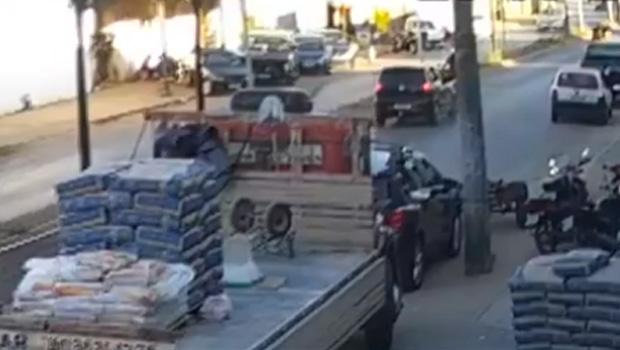 Motociclista é atingida por carro no momento em que sai da concessionária com moto nova