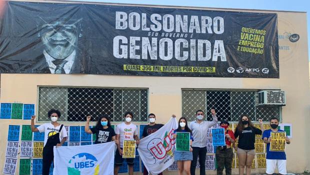 Ação na justiça tenta remover painel contra Bolsonaro de sede da União Estadual dos Estudantes de Goiás