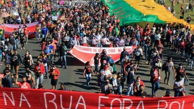 Atos por mais vacinas e contra Bolsonaro são registrados em 16 capitais