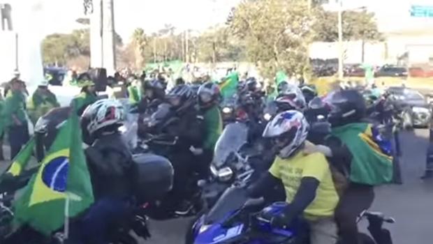 Bolsonaro e apoiadores fazem motociata em Porto Alegre